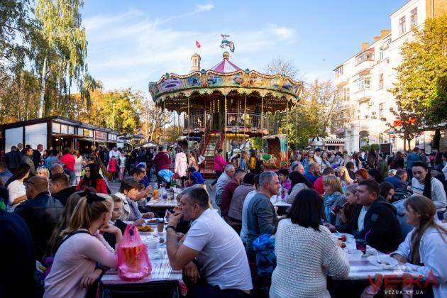 «Французская» карусель, много сыра и вина — в Виннице продолжается фестиваль «Крафтовый дворик»