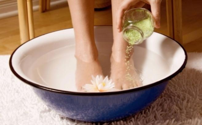 розпарити ноги в теплій воді